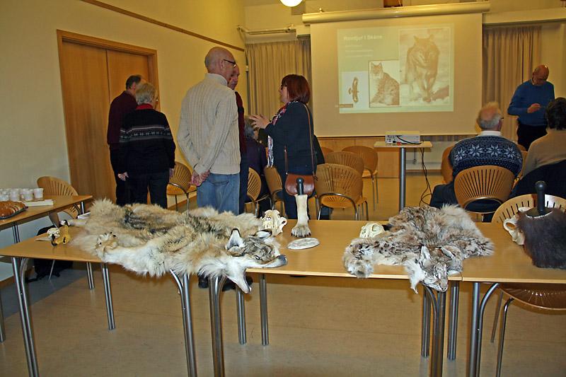 Utställning och besökare                Foto Britt-Marie Hansson